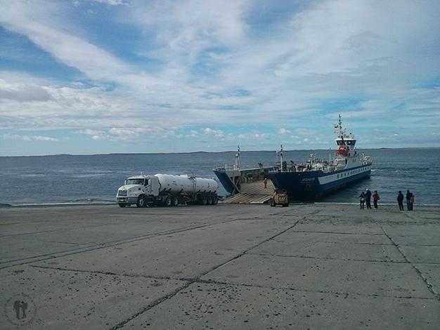 La barcaza que nos llevara a Tierra del Fuego, es gratuita para peatones
