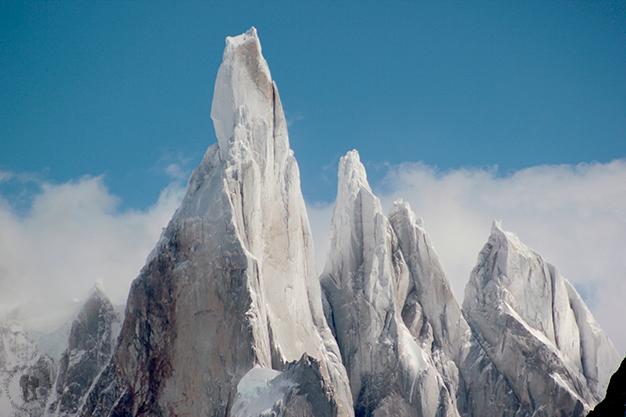 Etapa 2: Con sus agujas vertiginosas, en orden Cerro Torre, Torre Egger, Punta Herron y Aguja Standhart