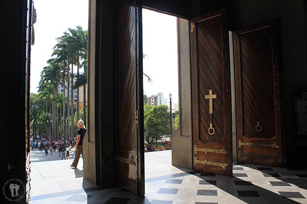 Desde el interior de la Catedral da Sé de São Paulo