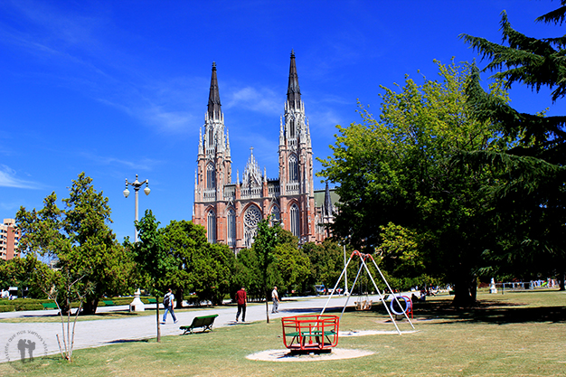 Catedral de La Plata desde la Plaza Moreno