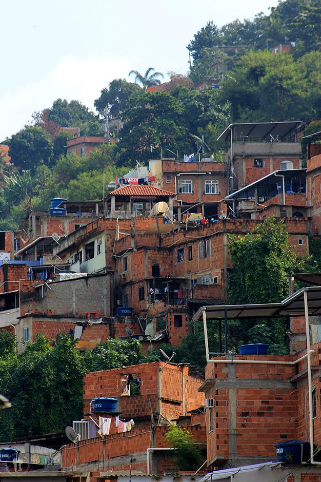 Favela Morro dos Macacos a un paso del barrio de clase media alta de Vila Isabel