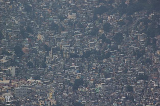 Contraste en Río de Janeiro - Casas amontonadas en las favelas