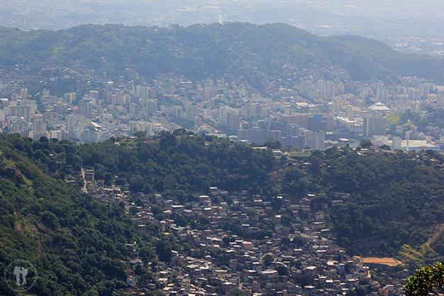 Bien marcada la barrera invisible entre favelas y edificios
