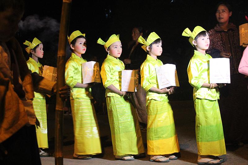 Niñas Birmanas portando velas