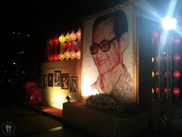 Homenaje fotográfico al rey por todo Chiang Mai