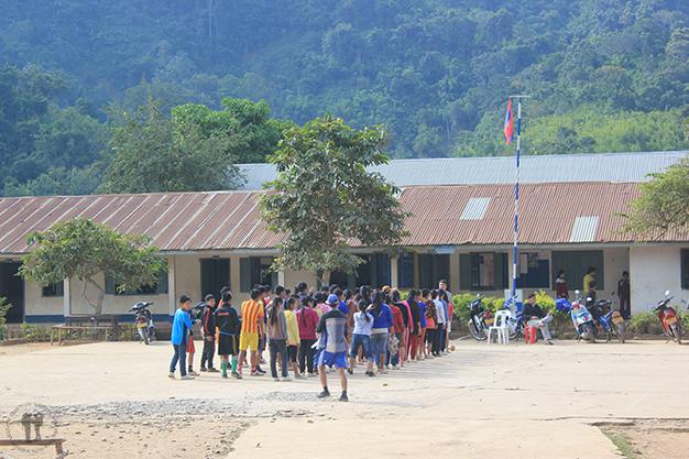 Lo que más abunda en Laos: niños y escuelas