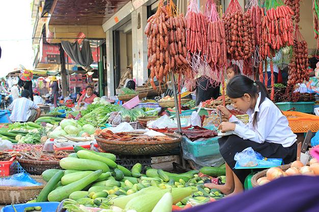 Variados embutidos y verduras