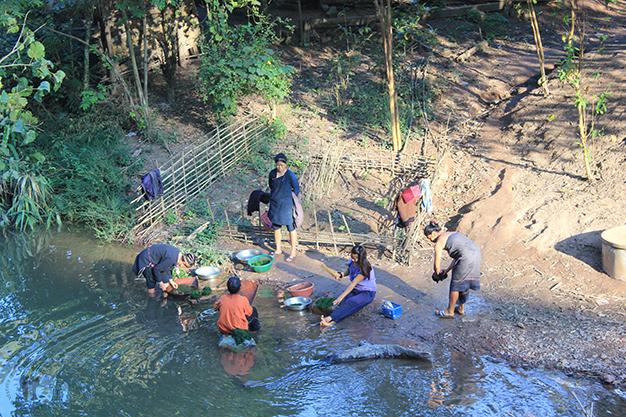 Mujeres lavando junto al río