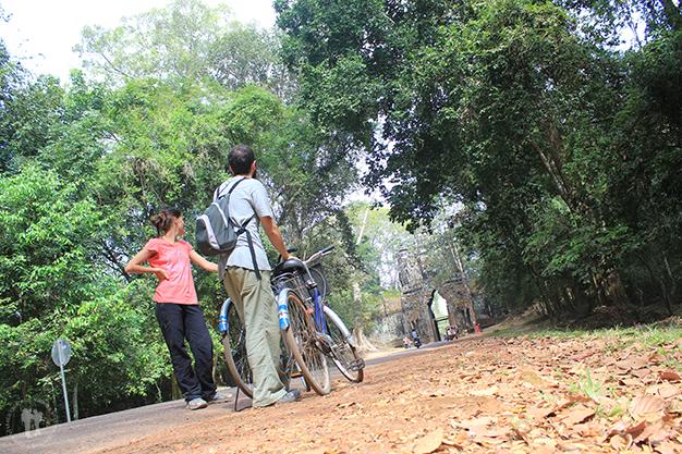 En bicicleta por el complejo