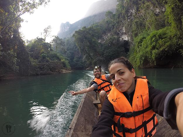 Recorriendo el río en la barca