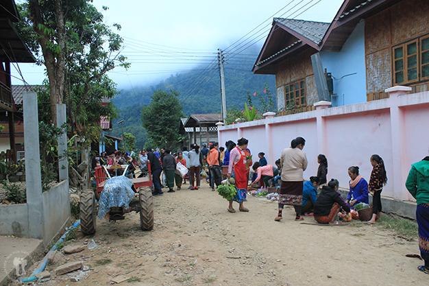 Mercado matutino en Muang Ngoi Neua