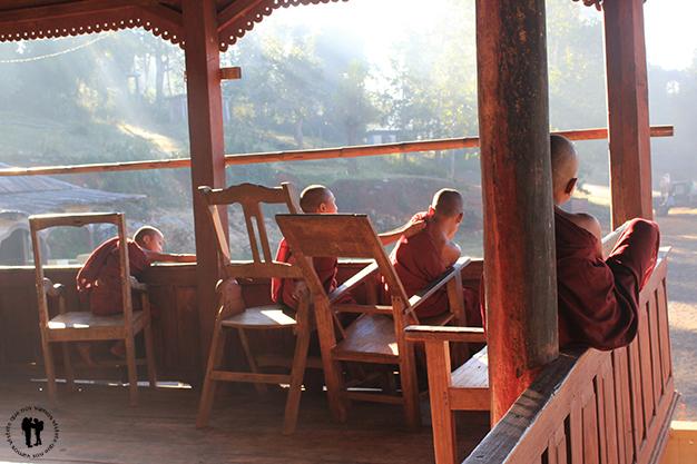 Jóvenes monjes descansando después de limpiar el monasterio