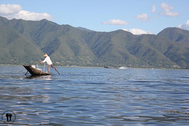 Pescador remando mientras recoge la red, técnica única de la zona