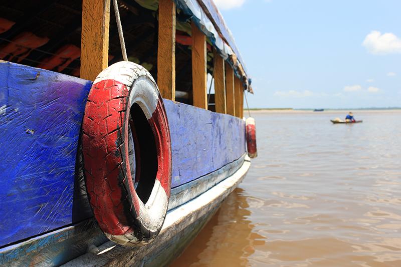Detalles de la barca junto al Río Amazonas