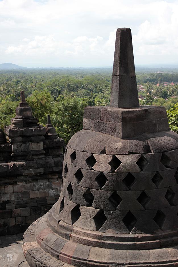 Estupas en la cima del templo