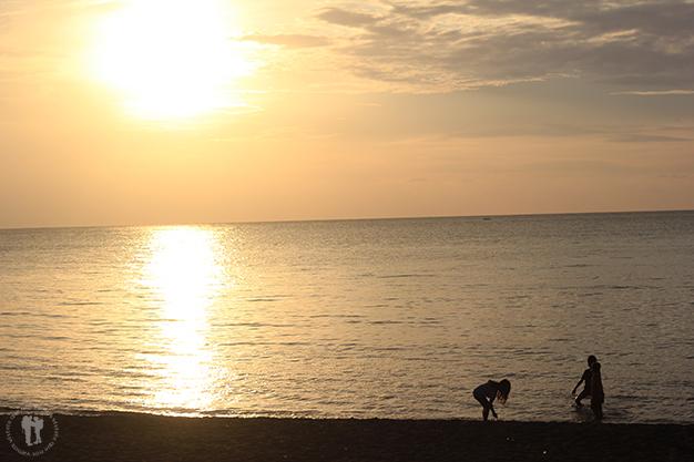 Al caer la tarde en la playa de Lovina