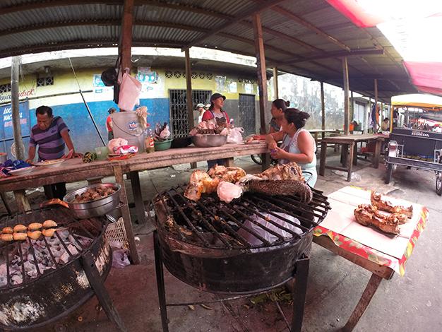Ricos puestos de comida: carne de caimán, huevos de tortuga y suris a la brasa (gusanos)