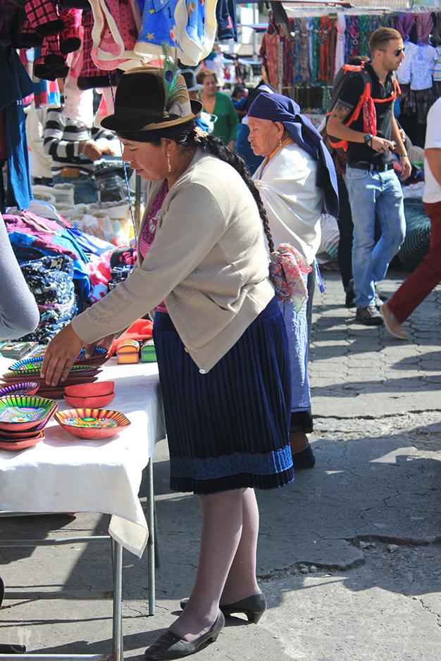 Mujer mirando la artesanía