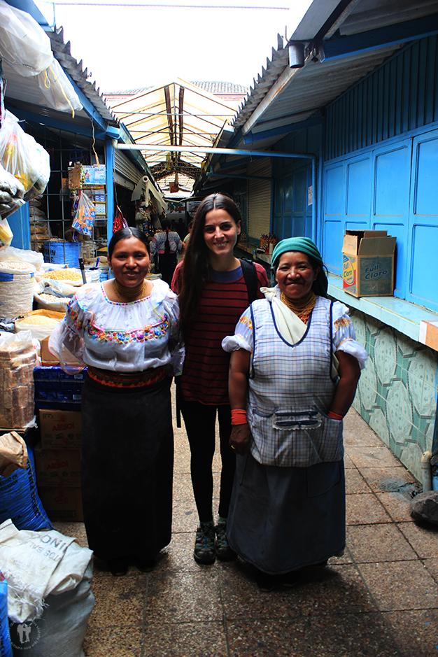 Junto a Susana y su madre Mercedes en su puesto de víveres del mercado