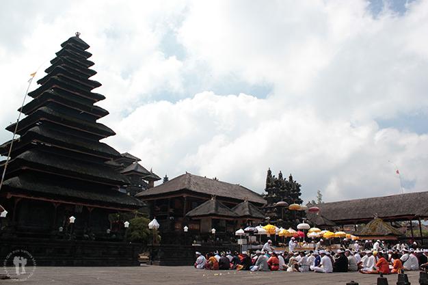 Rezos dentro del templo