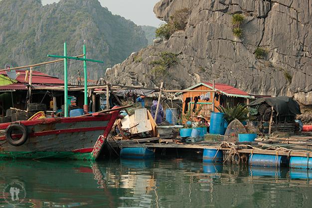 Detalles de un pueblo en el mar