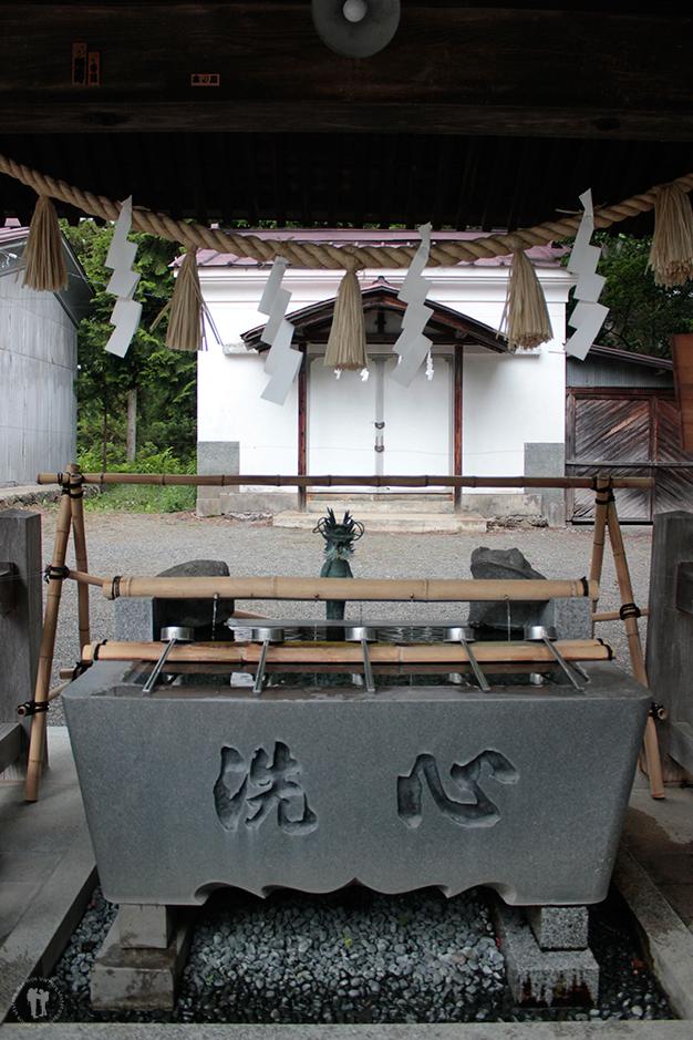 Templo sintoísta al lado del lago