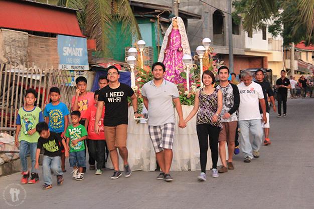 Jóvenes en procesión