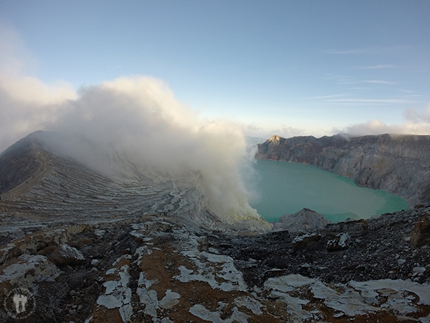 Volcán Kawah Ijen con el lago ácido color turquesa en el cráter