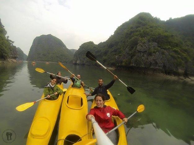 En kayac con Itziar, Libertad y David. Foto realizada por: David y Libertad