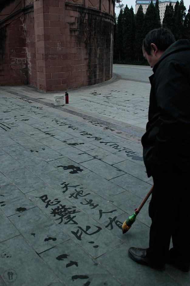 Practicando la complicada caligrafía China