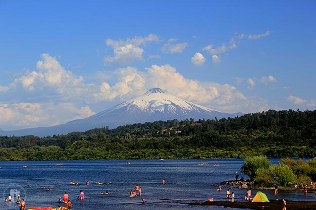 Una postal de cuento en Villarrica, al fondo el volcán con el mismo nombre