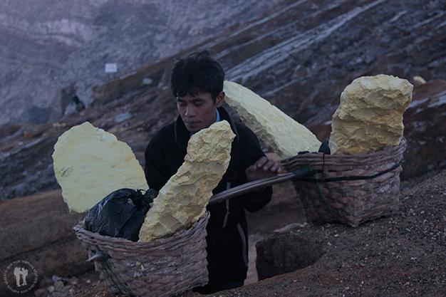 Los mineros llevan mucha carga, 80 quilos aproximadamente