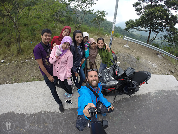 Junto a un grupo de estudiantes