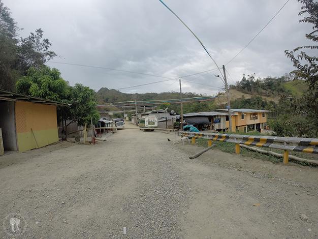 Carretera sin asfaltar, valla de bambú...Bienvenidos a la desolada frontera de La Balsa