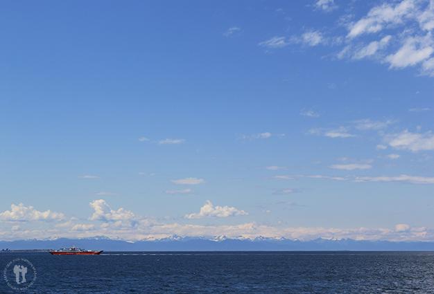 Cruzando por mar la Isla de Chiloe con la cordillera Andina de fondo