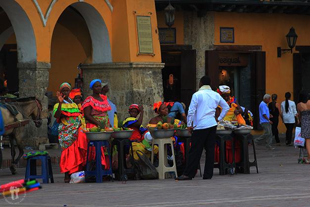 Palanqueras vendiendo fruta