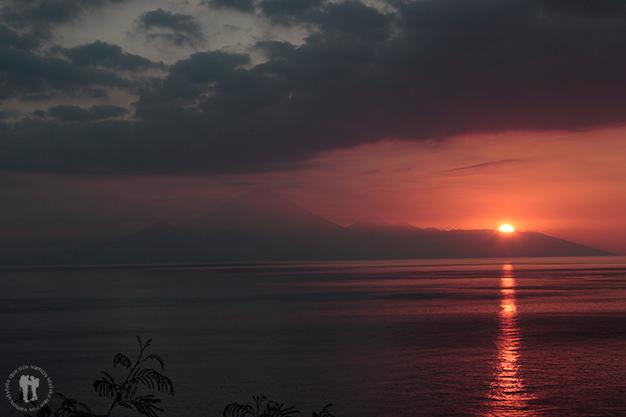El sol se esconde detrás de la isla de Bali
