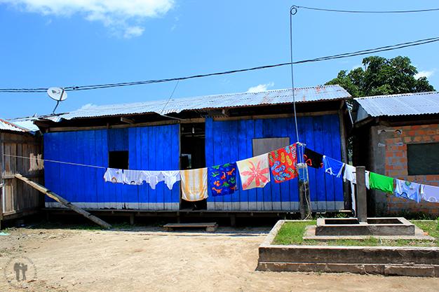 Colorido tendido de ropa en la comunidad Barrio Florido