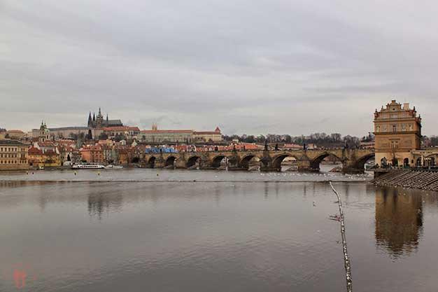 Vistas del Puente de Carlos y la Catedral de San Vito