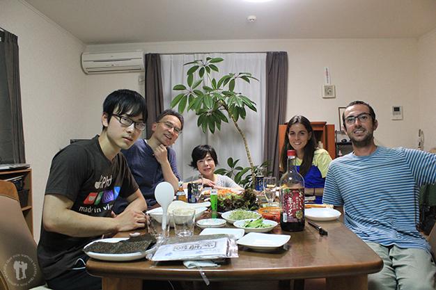 Listos para cenar con Takahiro y su familia