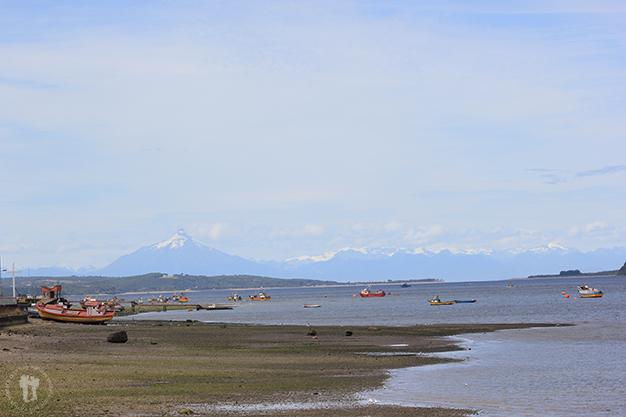 Quellón, al fondo la Cordillera Andina
