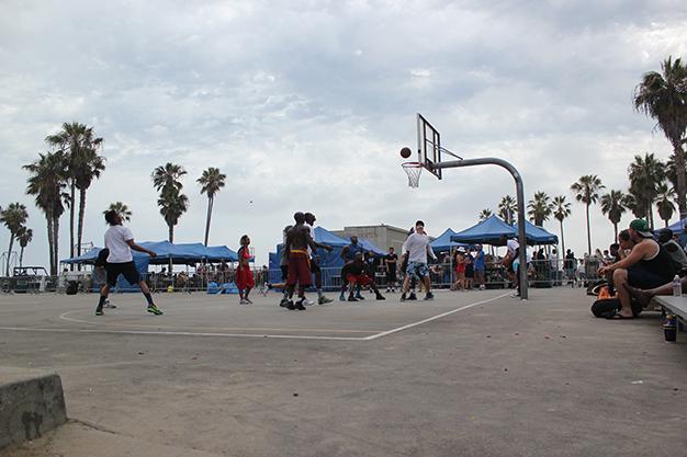 Partido de baloncesto en Venice Beach