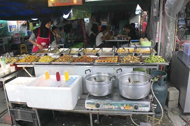 Puestos de comida callejeros en Tailandia. Bueno bonito barato