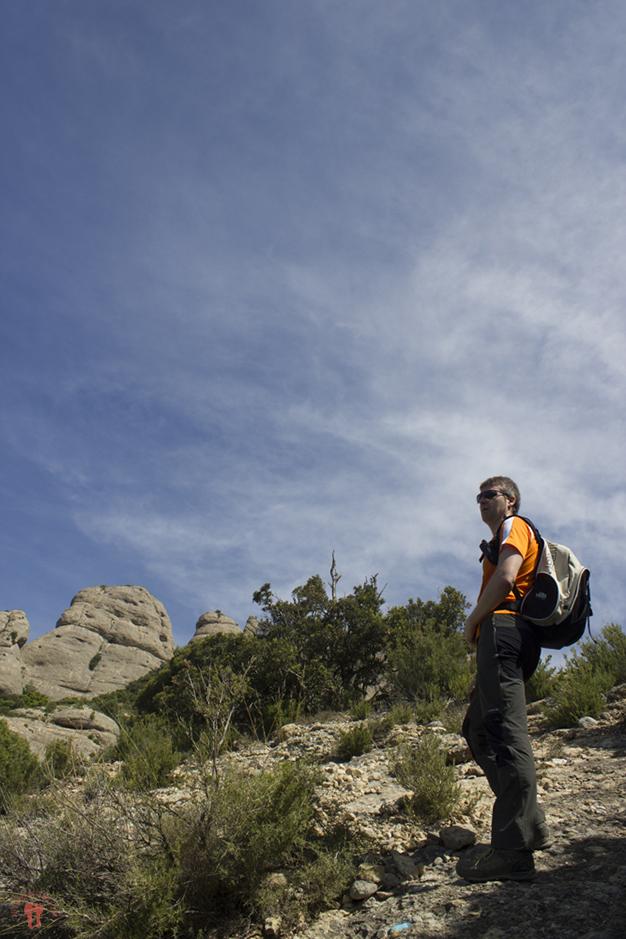 Alfonso siguiendo las marcas azules del camino rocoso