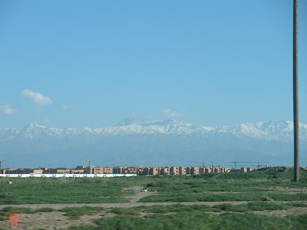 Por el camino se dejan ver las montañas