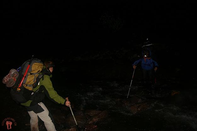 Y cruzando ríos por la noche