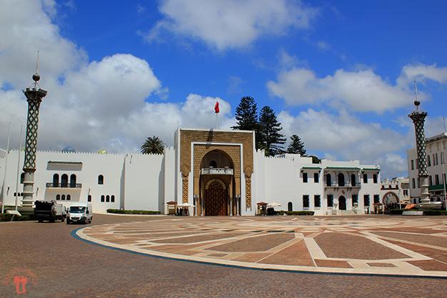 Plaza de Hassan II con sus faros art nouveau