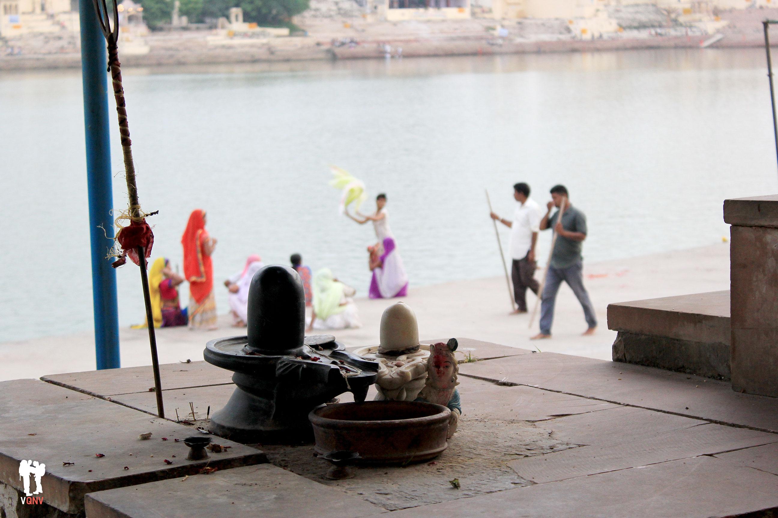 Shivalingam en algún ghat del lago, Pushkar
