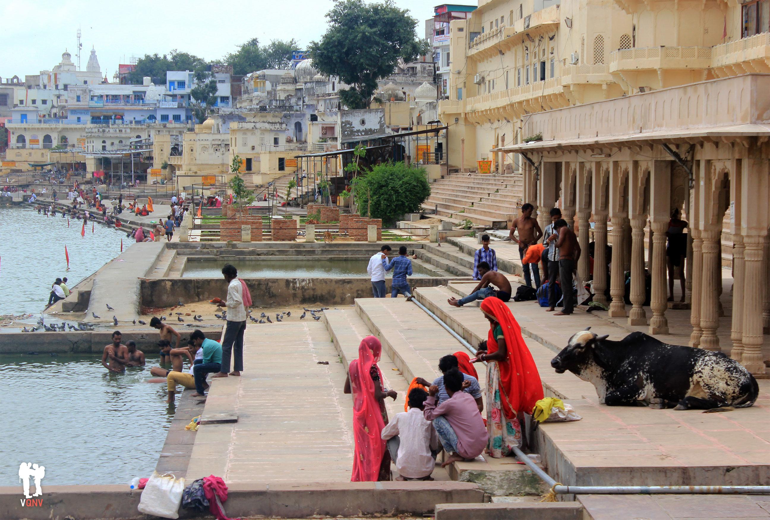 Ofrendas y purificaciones en los ghats del lago, Pushkar