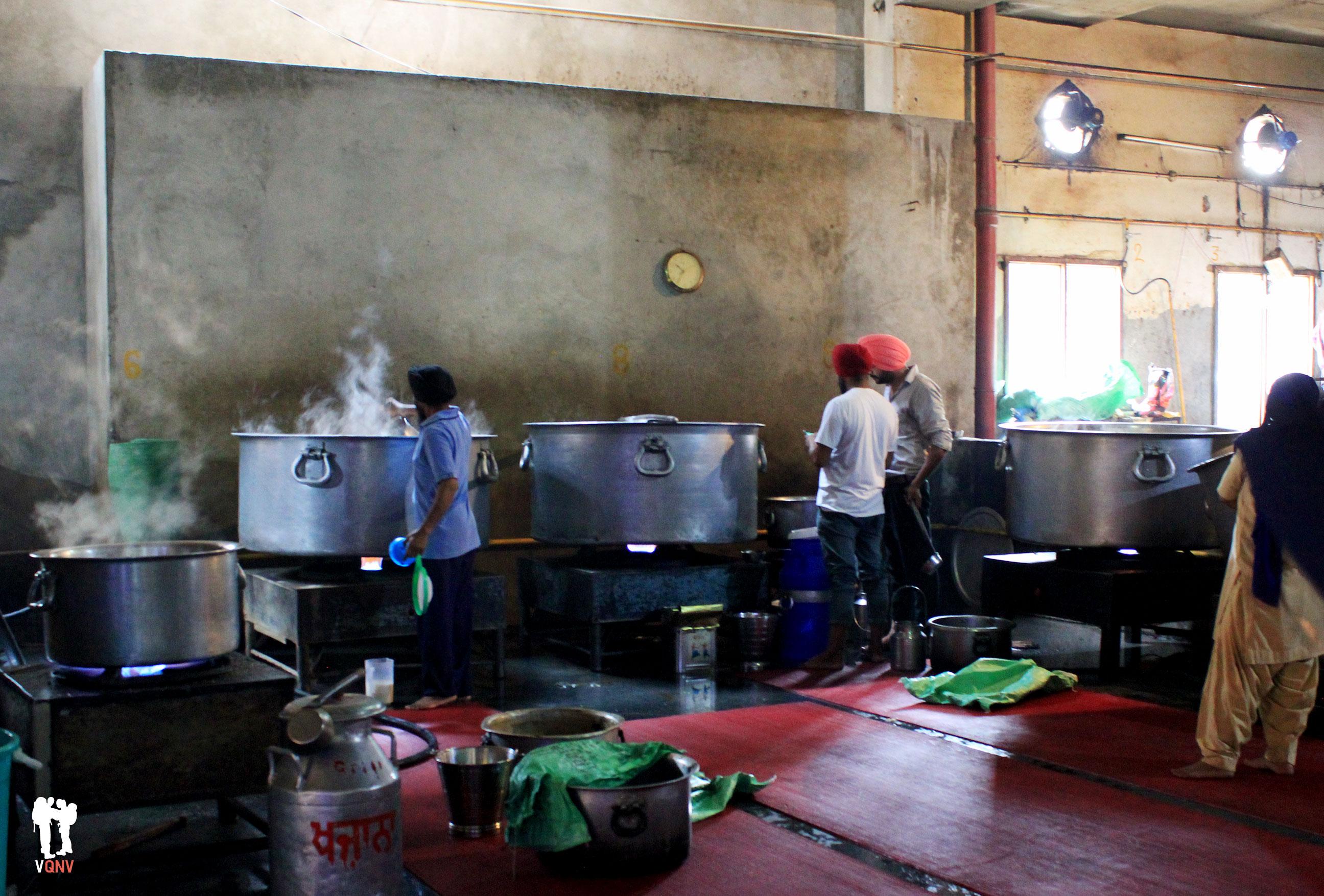 Voluntarios preparando la comida
